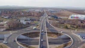 Huvudvägtrafik från surrsikten, mellanstatliga broar som korsar på den stora motorvägföreningspunkten, flyg- sikt stock video