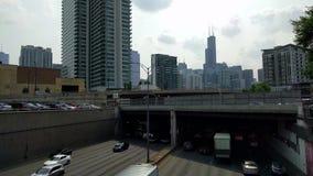 Huvudvägtrafik i Chicago Horisontsikt i Fulton Market District Transport stock video