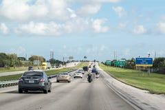 Huvudvägtrafik i Florida, USA royaltyfri bild