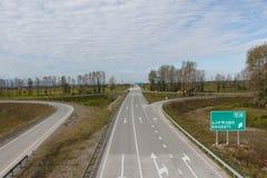 Huvudvägtrafik med bilar och lastbilar Arkivbilder