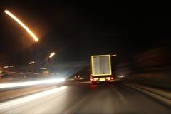 Huvudvägtrafik på natten Arkivfoton