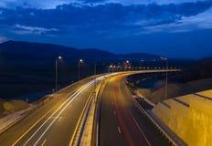 Huvudvägtrafik på skymning arkivbilder