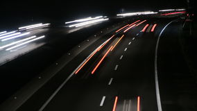 Huvudvägtrafikbilar på nattetidschackningsperioden 4k