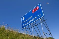 Huvudvägtrafiktecken med flygplan Royaltyfri Bild