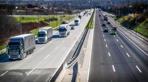 Huvudvägtrans. med bilar och lastbilen Royaltyfri Bild