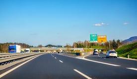 Huvudvägutgång Celje på huvudvägen A1 i Slovenien Slovenien introducerar det elektroniska avgiftsystemet på dess huvudvägar royaltyfri bild