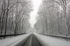 Huvudvägutgång som täckas med snö Arkivfoto