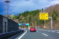Huvudvägutgång Trojane på huvudvägen A1 i Slovenien royaltyfri bild