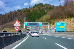 Huvudvägutgång Trojane på huvudvägen A1 i Slovenien arkivbilder