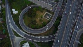 huvudvägväg för genomskärning 4K med trafik från surrsikt arkivfilmer