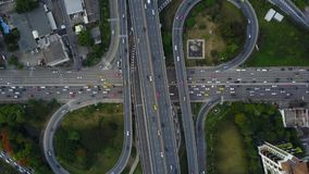 huvudvägväg för genomskärning 4K med trafik från surrsikt stock video