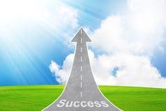 Huvudvägväg som går upp som en pil som symboliserar framgång, tillväxt Arkivfoton