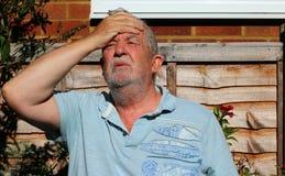 Huvudvärk eller migrän Mannen som rymmer hans huvud smärtar in arkivbild