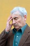 Huvudvärk för hög man Arkivfoton