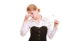 Huvudvärk Kvinnalidande från huvudet smärtar isolerat Royaltyfri Bild