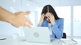 Huvudvärk och frustration, kvinna som reagerar till det ilskna framstickandet på arbete Arkivbilder