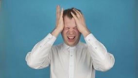 Huvudvärkattack, smärtar i huvud i för nacke eller huvudvärk för migrän för tempelområde tack vare eller spännings- eller klunga  stock video