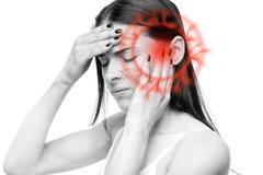 Huvudvärken den sjuka kvinnan med templet smärtar royaltyfri bild