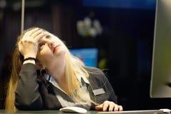 Huvudvärken för flicka` s Flickan pressar hennes huvud fotografering för bildbyråer