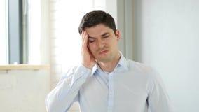 Huvudvärken man med smärtar i huvud i regeringsställning Royaltyfri Fotografi