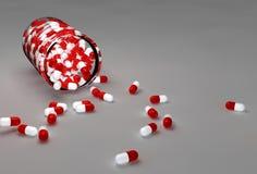 Huvudvärkstablettpreventivpillerar och flaska Arkivbild