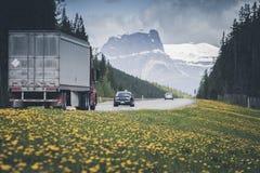 Huvudv?g i Jasper National Park arkivbild