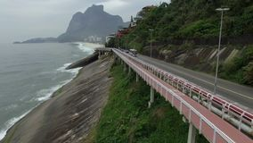 Huvudv?g vid havet Underbar v?g- och cykelbana Cykel- och v?gsp?r och bredvid det bl?a havet i staden av Rio de Janeiro stock video
