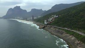 Huvudv?g vid havet Underbar v?g- och cykelbana Cykel- och v?gsp?r och bredvid det bl?a havet i staden av Rio de Janeiro arkivfilmer