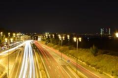 Huvudväg till Madrid i natten Royaltyfri Bild
