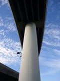 Huvudvägplanskilda korsningen på stora pelare står högt i himlen Royaltyfri Fotografi