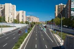 Huvudvägslut i town Arkivfoto