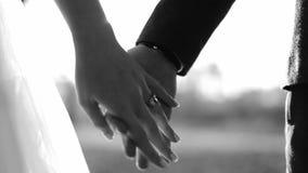 Huw elke dag me vandaag en De Holdingshanden van het jonggehuwdepaar, Schot in Langzame Zwart-witte Motie stock videobeelden