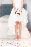 Huw, huwelijk Bruid thuis Bruids bed royalty-vrije stock afbeeldingen