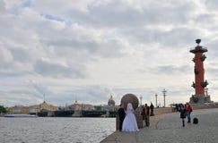 Huwelijk bij het spit van Vasilievsky-eiland op de achtergrond van t Stock Foto