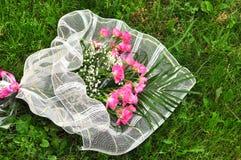 Huwelijk bouqet op het gras Royalty-vrije Stock Foto's