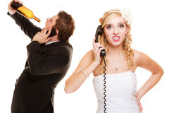 Huwelijk Boze bruid en bruidegom die op telefoon spreken Stock Foto