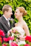 Huwelijk - bruid en bruidegom in park Stock Foto's