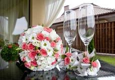 Huwelijk Bruids boeket en wijnglazen Stock Afbeelding