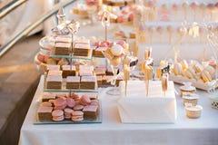 Huwelijk cupcakes op de huwelijkslijst royalty-vrije stock foto