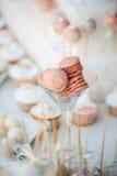 Huwelijk cupcakes op de huwelijkslijst stock foto