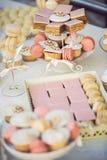 Huwelijk cupcakes op de huwelijkslijst royalty-vrije stock foto's