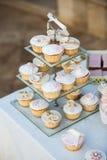 Huwelijk cupcakes op de huwelijkslijst stock afbeelding