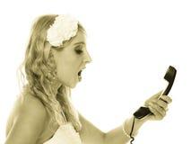 Huwelijk. De boze bruid die van de vrouwenwoede op telefoon spreken Stock Foto