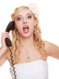 Huwelijk De boze bruid die van de vrouwenwoede op telefoon spreken Stock Afbeelding