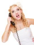 Huwelijk De boze bruid die van de vrouwenwoede op telefoon spreken Stock Fotografie