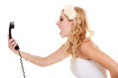Huwelijk De boze bruid die van de vrouwenwoede op telefoon spreken Stock Foto's