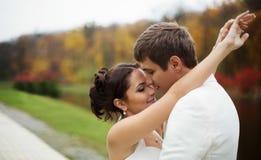 Huwelijk in de herfstpark stock afbeelding