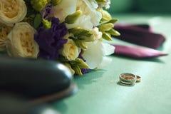 Huwelijk De kaart van het huwelijk Trouwringen en de lentebloemen Trouwring en trouwringen De kaart van het huwelijk met trouwrin Stock Fotografie
