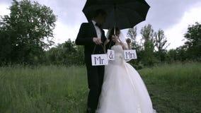 Huwelijk in de regen stock videobeelden