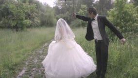 Huwelijk in de regen stock footage